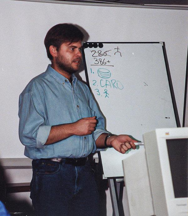 Ciberpassado, oitava parte: 1998-2000 (três estreias: reestruturação, escritório no exterior, conferência de parceiros)