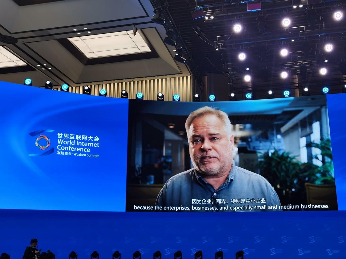Conferência online – estilo chinês (com superstição de tecnologia pioneira).