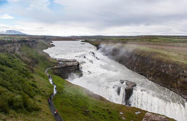 El río Hvítá fluye a través de una amplia escalinata de tres pisos en curva para sumergirse abruptamente en dos nuevas etapas (de 11m y 21m) y en una grieta de 32m ( 105ft ) de profundidad.