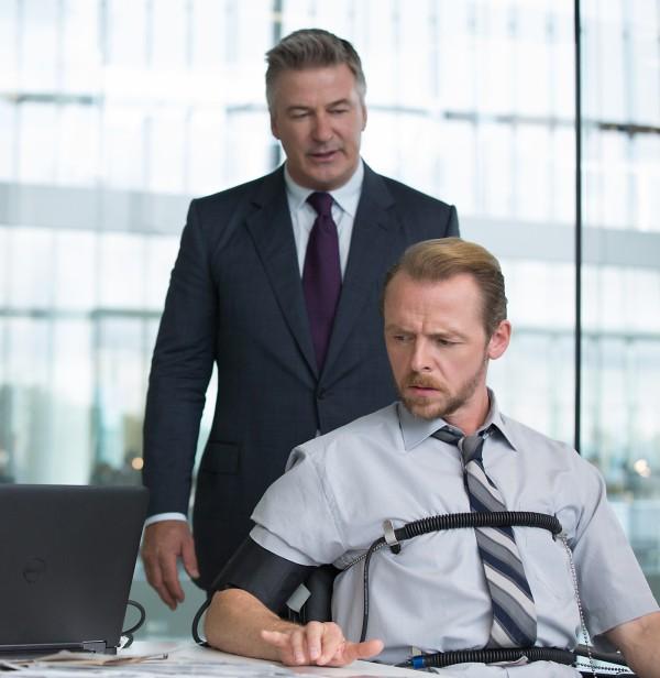 De gauche à droite : Alec Baldwin joue le rôle d'Hunley et Simon Pegg interprète Benji dans Mission : Impossible – Rogue Nation, de Paramount Pictures et Skydance Productions.