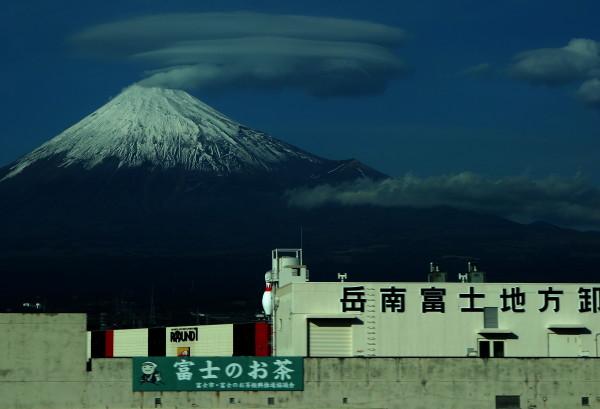 新幹線から望む富士山