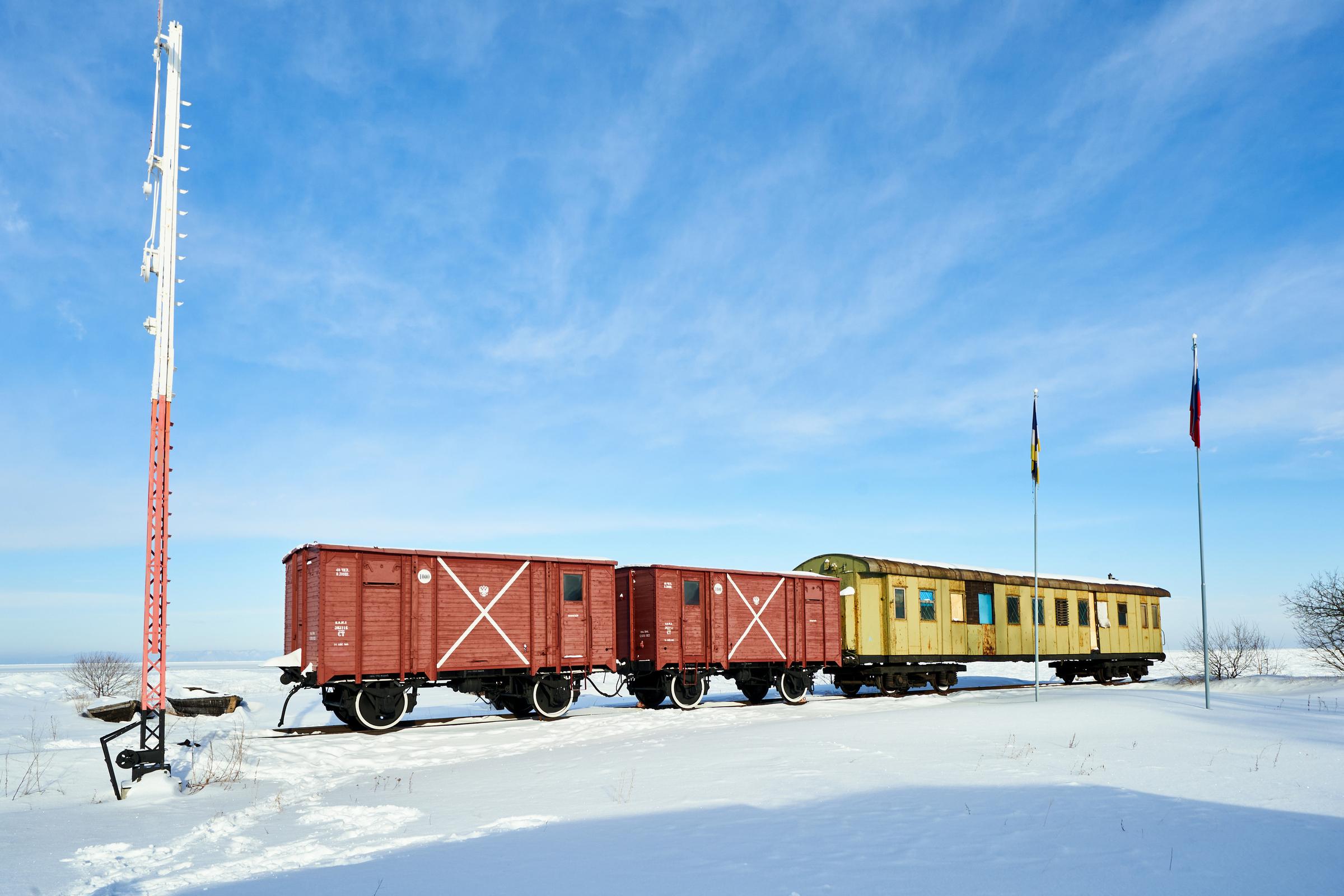 位于马加丹和莫斯科中间的贝加尔湖。